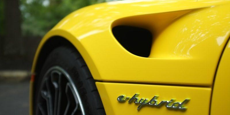 L'entretien d'une voiture hybride dans un centre auto